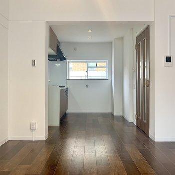 【LDK】キッチン側にも窓があるのでしっかり空気の入れ替えできますね