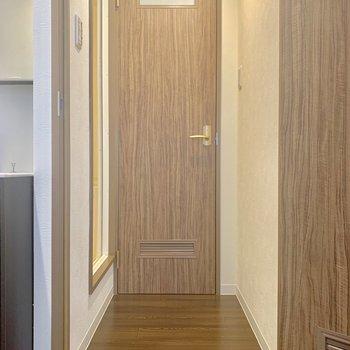 奥のドアはトイレです、お風呂は写真左側になります