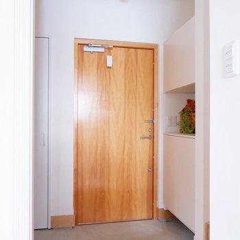 玄関扉の雰囲気あります。※家具・雑貨はサンプルです