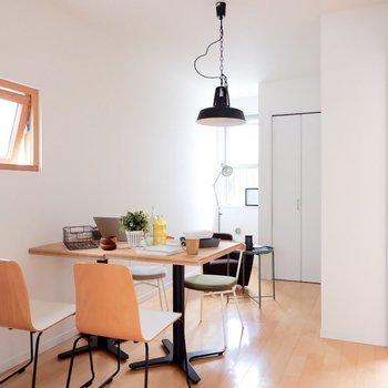 【5.9帖洋室】1階のお部屋にも十分光が入ります。※家具・雑貨はサンプルです