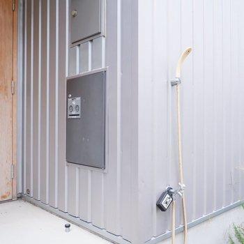 専用の宅配ボックスに、お隣にはシャワーが。海からの汚れも外で落とせます。