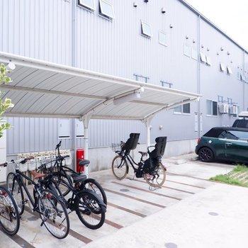 駐輪場は屋根付きです。