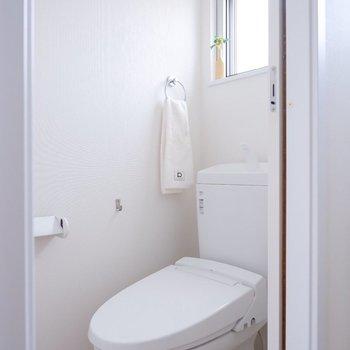 水回りにも外の光が入り、節約にも繋がりそう。※家具・雑貨はサンプルです
