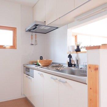 明るいキッチンは気分が上がりますね。※家具・雑貨はサンプルです