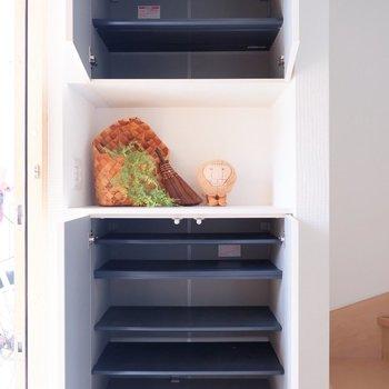 シューズボックスも大容量、汚れた靴などは一番下の土間部分に。※家具・雑貨はサンプルです