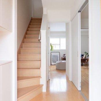 1階に洋室、2階にリビング・水回りです。※家具・雑貨はサンプルです