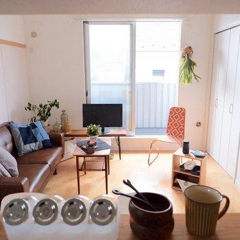 カウンターからの眺めも良い。友人を招きたくなります。※家具・雑貨はサンプルです