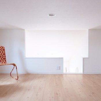 コンセントに照明に、小窓としっかりくつろげる設備。※家具・雑貨はサンプルです