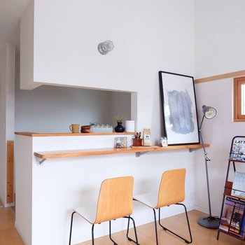 カウンターでコーヒーを飲むモーニングがよく似合います。※家具・雑貨はサンプルです