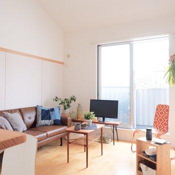南向きのお部屋で心地よい空気が流れます。※家具・雑貨はサンプルです