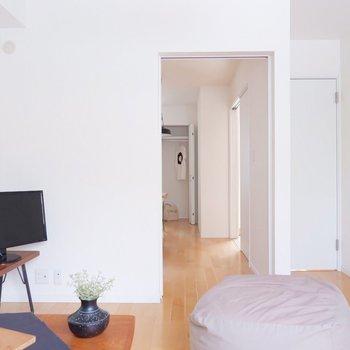 【6.6帖洋室】玄関にも洋室にも繋がっています。※家具・雑貨はサンプルです