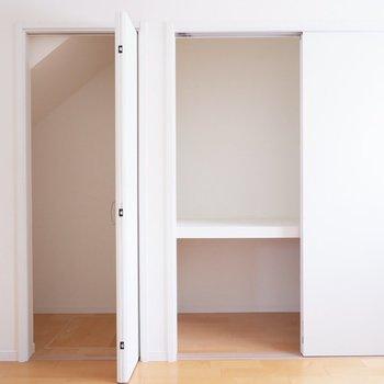 【6.6帖洋室】壁面にはアウトドアグッズも入れられるような収納が。※家具・雑貨はサンプルです