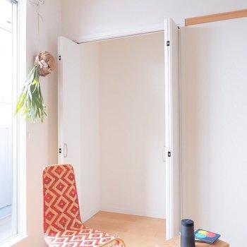 リビングにも収納があります。※家具・雑貨はサンプルです
