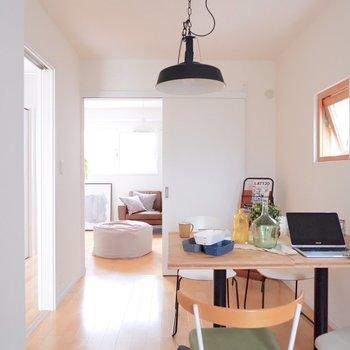 【5.9帖洋室】長方形の間取りで家具の配置がしやすいです。※家具・雑貨はサンプルです
