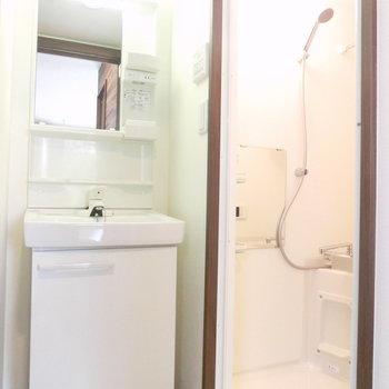 独立洗面も収納付き♪※写真は3階の反転取り別部屋のものです