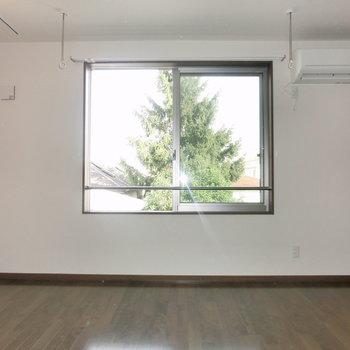 窓からも光入りますね。※写真は3階の反転取り別部屋のものです