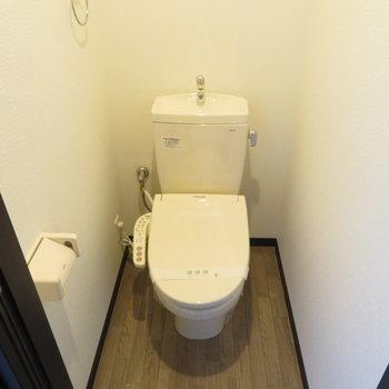 トイレは温水洗浄便座付き(※写真は6階の反転間取り別部屋のものです)