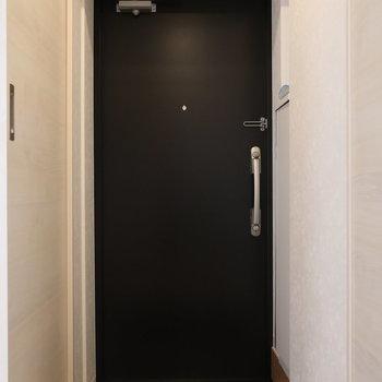 重厚感のあるかっこいいドア※写真は3階の同間取り別部屋のものです