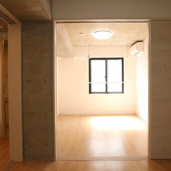 【洋室1】開けると奥行きもあります。※写真は3階の同間取り別部屋のものです