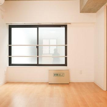 【洋室1】こちら側はあまり光入ってきません※写真は3階の同間取り別部屋のものです