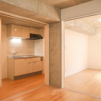 【洋室1】木のぬくもりとコンクリが見事に融合!※写真は3階の同間取り別部屋のものです