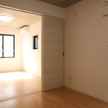 【洋室1】窓もたくさんありますね〜※写真は3階の同間取り別部屋のものです