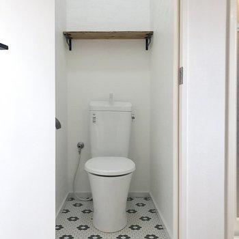ウォシュレット付いてません。可愛いトイレだ。
