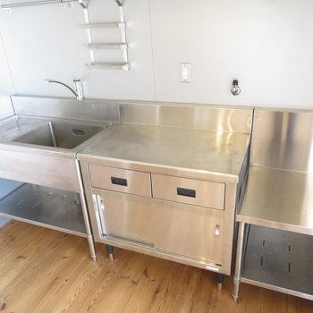 オールステンレスのキッチンが存在感を出してます
