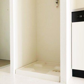 洗濯機置き場はキッチンの隣にあります。