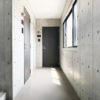 共用廊下の壁がすてきなコンクリートでした