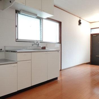 玄関に靴箱はないので、お好みのものを置いて◎キッチン前の窓も嬉しい!