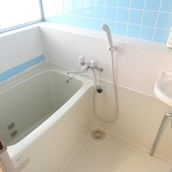 レトロな水色のタイルがかわいい♡手洗い場で歯磨きや洗顔できるね!