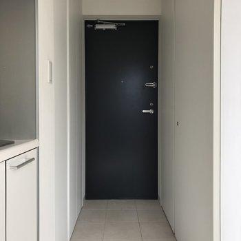 玄関はフラットアプローチ。※写真は5階の同間取り別部屋のものです