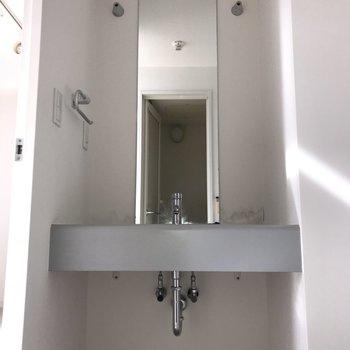 縦長の鏡がスタイリッシュ。※写真は5階の同間取り別部屋のものです