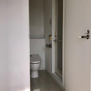 脱衣所の床はグレーで落ち着きをプラス。※写真は5階の同間取り別部屋のものです