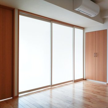 閉めてもやんわりと光が◎※写真は3階の反転間取り別部屋のものです