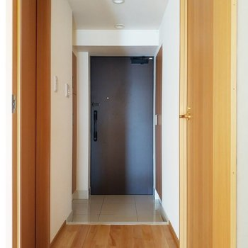 向かって左がトイレで右がサニタリーな玄関※写真は3階の反転間取り別部屋のものです
