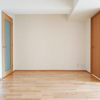 【リビング】キャラメルのようなフローリング※写真は3階の反転間取り別部屋のものです