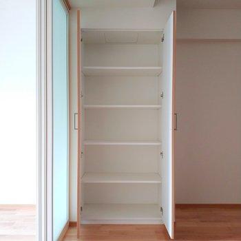 【リビング】収納もしっかりと◎※写真は3階の反転間取り別部屋のものです