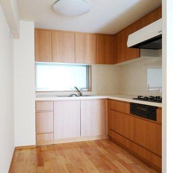 【リビング】食を彩るl字キッチン※写真は3階の反転間取り別部屋のものです