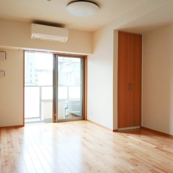 【6.4帖】向かって右側のお部屋は引き戸を開けておくだけで※写真は3階の反転間取り別部屋のものです
