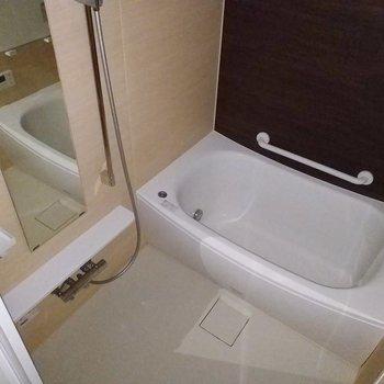 浴槽はぐーっと腰を伸ばせる!※写真は3階の反転間取り別部屋のものです