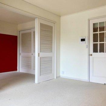 洋室とリビングは白い扉で仕切れます!※写真は3階の反転間取り別部屋のものです