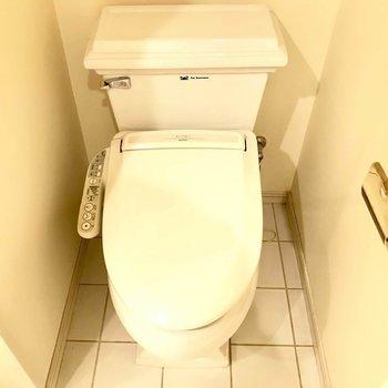 トイレはウォシュレット付き!!※写真は3階の反転間取り別部屋のものです