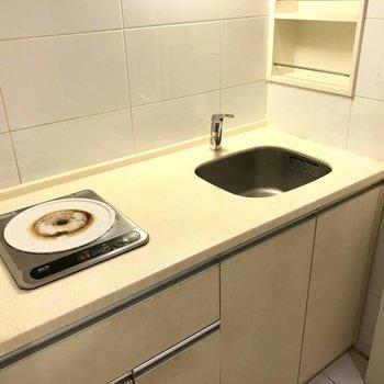 キッチンはコンパクトです。※写真は3階の反転間取り別部屋のものです