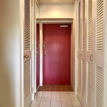 玄関まわりはタイル張り※写真は3階の反転間取り別部屋のものです
