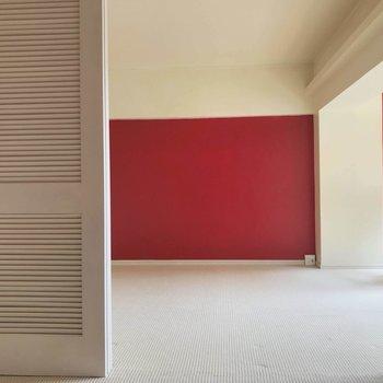 リビングの1面は真っ赤なアクセントクロスでデザイン性バッチリ◎※写真は3階の反転間取り別部屋のものです
