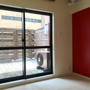 寝室側にも大きな窓があるので明るい◎※写真は3階の反転間取り別部屋のものです