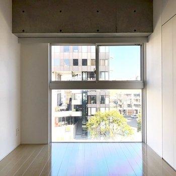 手前のお部屋の窓も大きい!※写真は6階の反転間取り別部屋のものです