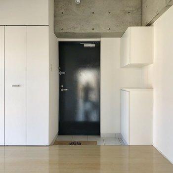 玄関にもコンクリが映える!※写真は6階の反転間取り別部屋のものです